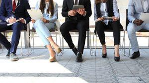 אנשים יושבים בתור לראיון עבודה