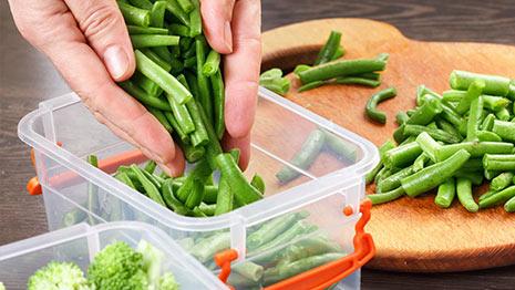 הכנסת ירקות לקופסת פלסטיק