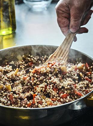 ריזוטו פתיתים סטודנטיאלי: ארוחה שלמה ומזינה בסיר אחד ובקלות